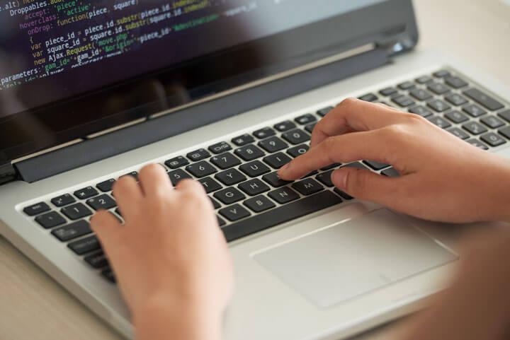 Programmierer arbeitet an einem Code